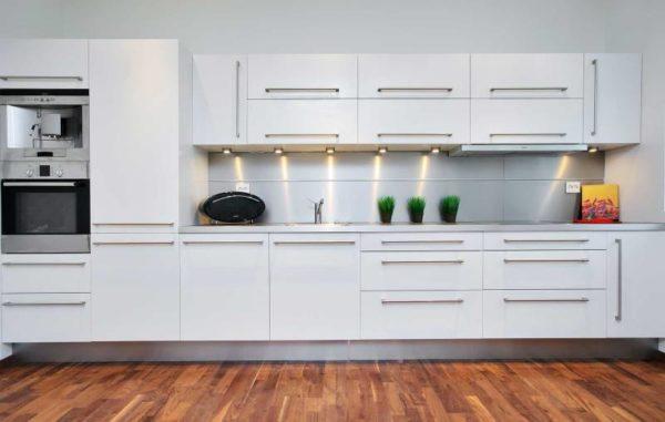 белая прямая кухня пластик